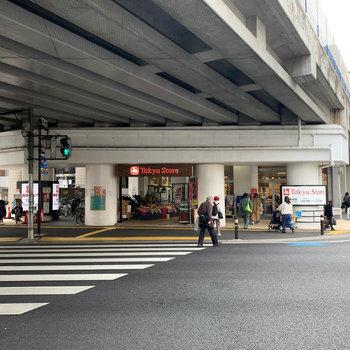 駅前にスーパーや複数の飲食チェーン店。