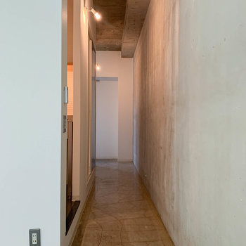 廊下部分へ。ここにキッチンやお風呂などがあります。