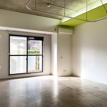 天井の高い空間。天井部分の際色の緑と、埋め込んだ間接照明が素敵。