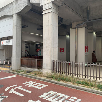 高架下、最寄りの高津駅です。