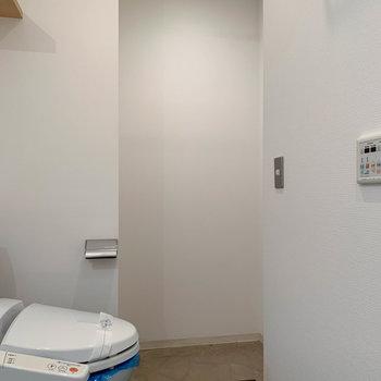 トイレの奥にも、カーテンレールが付いたちょっとしたスペースがあります。