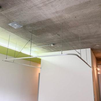 天井部分には囲むようにカーテンレール。ベッドを隠せます。