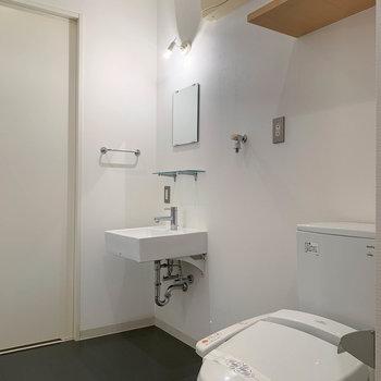 トイレ、洗濯機、洗面台。という並び。