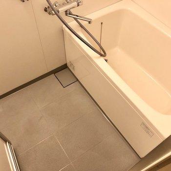 浴槽シンプルな感じです。