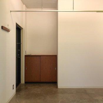 床はコンクリート。カーテンで玄関と仕切れます。