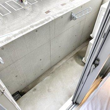 洋室から出られるバルコニーはコンパクトですが、外干し対応です。
