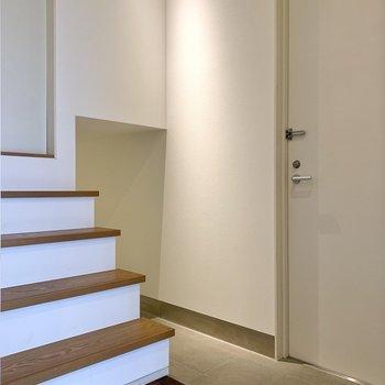 お次は玄関へ…お?なにやら空間が。