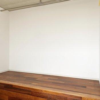 【洋室】反対側のパイプコーナーはカーテンで仕切ることができます。