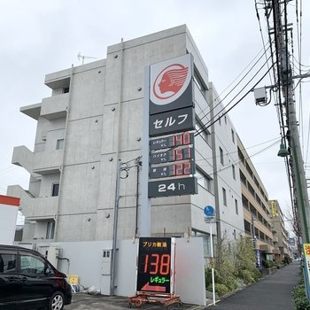 ガソリンスタンド横のデザイナーズらしい外観。