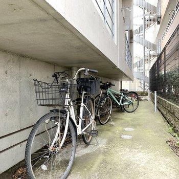 建物向かって右側には駐輪場。