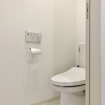 トイレの蓋は自動で開きますよ~。