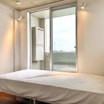 【洋室】うん、ベッドはこんな感じになりそうですね。
