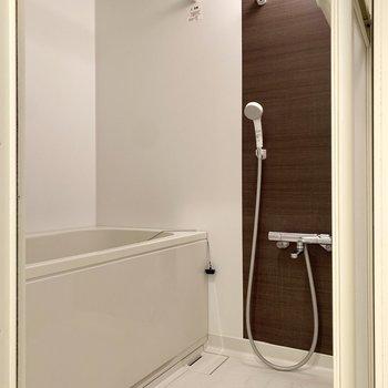 浴室は洗い場にゆとりが感じられます。