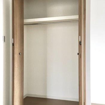 洋室①】1人分の荷物なら問題ないサイズ感。※写真は3階同間取り・別部屋のものです