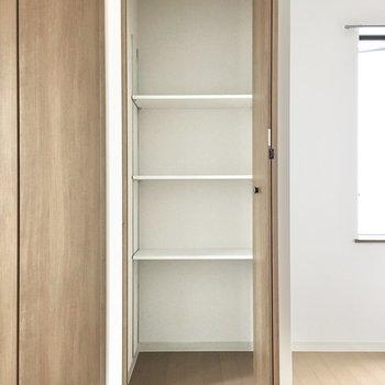 洋室③】BOXを使って収納力アップを。※写真は3階同間取り・別部屋のものです