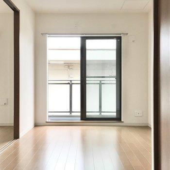 洋室②】バルコニーも隣のお部屋と繋がってます。※写真は3階同間取り・別部屋のものです