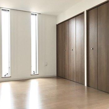 洋室③】スリット窓が洋風な雰囲気に。※写真は3階同間取り・別部屋のものです