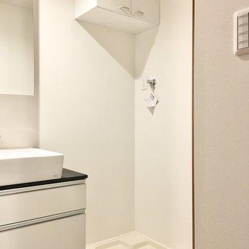 洗剤やハンガーなどを収納できる棚つきです!※写真は3階同間取り・別部屋のものです