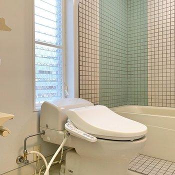 トイレもこの空間にあります。窓があるので換気は楽そうです。