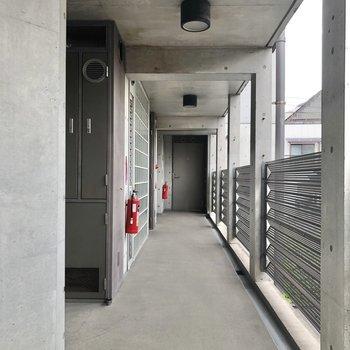 お部屋は正面突き当りのドアからです。