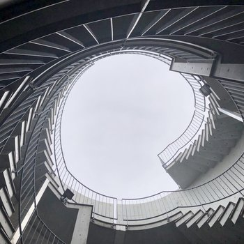 エントランスで見上げると、ここにも螺旋が。