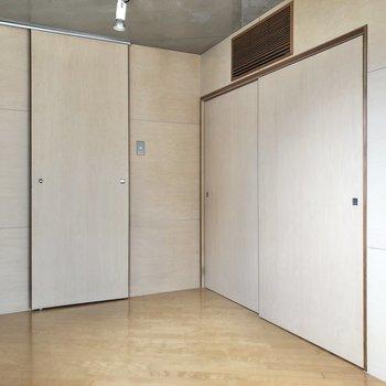 【ベッドルーム】右側には収納があります。
