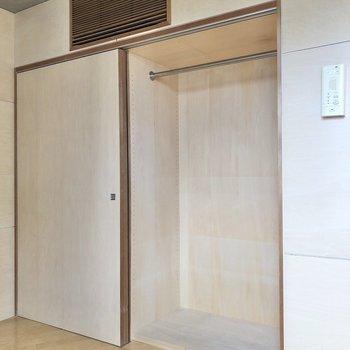 【ベッドルーム】収納の右側には丈の長い衣類を。