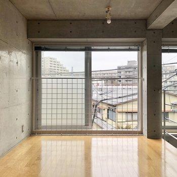 【ベッドルーム】ベッドは窓際でも壁に寄せても良さそうです。