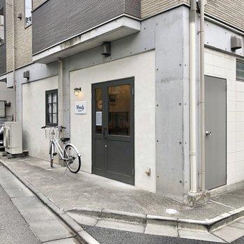 さらに、マンション正面には隠れ家のようなパン屋さん。ぜひ、訪れてみてくださいね。