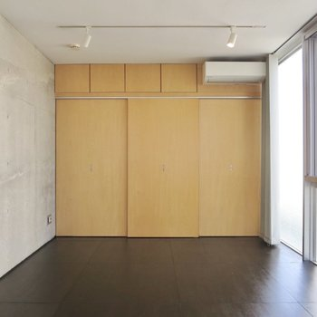 【2階洋室】壁一面のクローゼット
