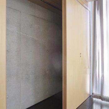 【2階洋室】背面はコンクリ打ちっぱなしなので開けたままでも様になりそうです