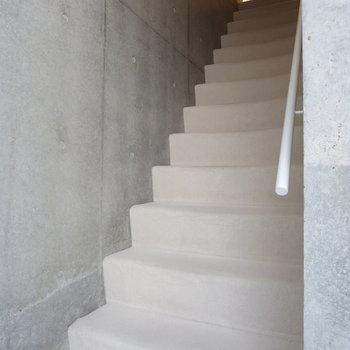 階段はカーペットが敷いてあります