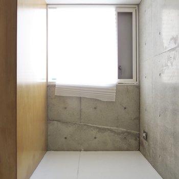 【1階洋室】ここにはアウトドア用品などを置くことができます