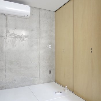 【1階洋室】エアコンも付いているので作業などもできますね