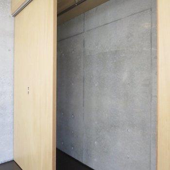 【2階洋室】丈の長い服もたたまずに収納できます