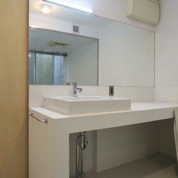 大きな洗面台、右側はドレッサーとしても使えそうですね