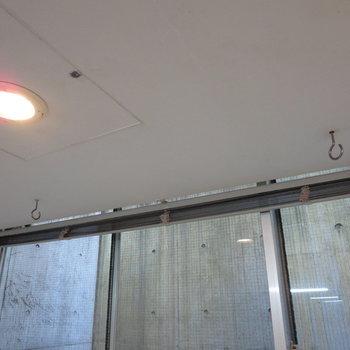 浴室乾燥機を使う際はここに物干し竿を掛けられます
