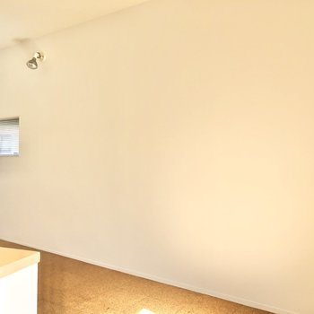 【DK】反対側の壁はスッキリしています。