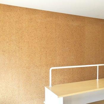 階段横には桧エスウッドの壁材が施されています。