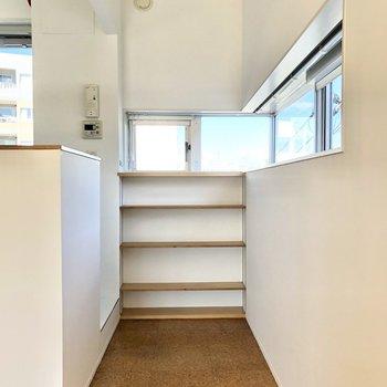 【DK】キッチン横にもL字の窓があって明るいです。収納棚は食器棚としても使えそう。