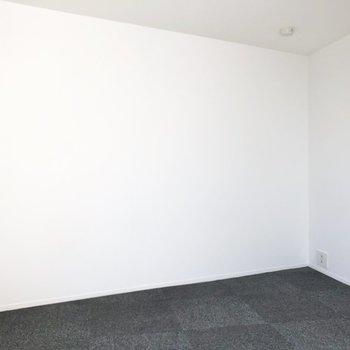 【洋室】こちらのお部屋は寝室やくつろぎの空間に良さそう。