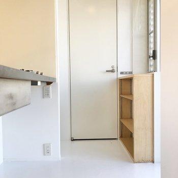 キッチン奥の扉を開けると…