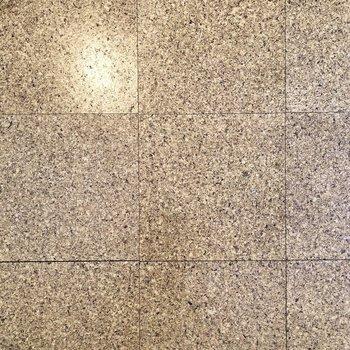 【DK】床はコルクタイルで優しい雰囲気。