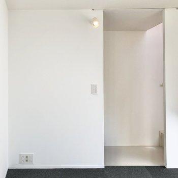 【洋室】入り口には目隠しカーテンを付けることができるので、玄関からの視線も気になりません。