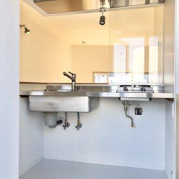 【DK】キッチンはステンレスのモダンなデザイン。