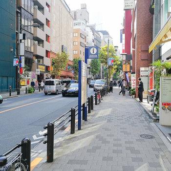 赤坂駅の7番出口が最寄りです。駅前には飲食店やコンビニが並びます。