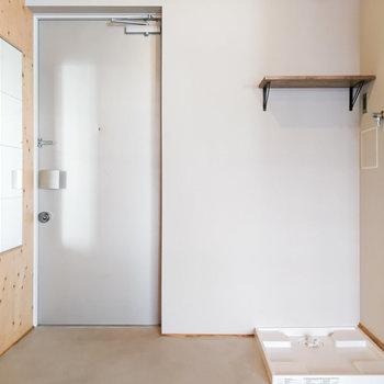 洗濯機は土間スペースに。帰宅後すぐに洗い物を入れられます。※写真は前回募集時のものです