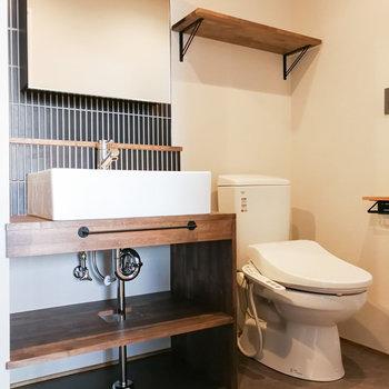 洗面台はモノトーン。隣にトイレがあります。※写真は前回募集時のものです