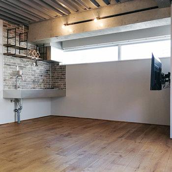 キッチンとモニターの間にソファとサイドテーブルを。※写真は前回募集時のものです