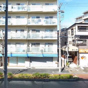 【洋室】窓からは通りが見えます。